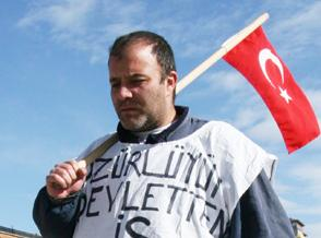 Görme engelli, iş için Ankara'ya yürüyor