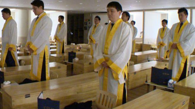 Güney Kore'nin Stresli İşçilerine Tabutlu Terapi
