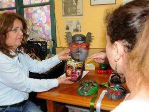 Sanat terapisi ile psikolojik tedavi uyguluyor