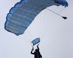 Kıskanç sevgili paraşütün iplerini kesti.