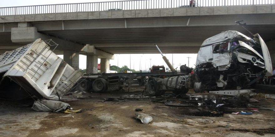 Balıkesir'de lastiği patlayan TIR köprüden düştü