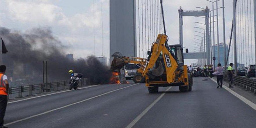 Şehitler Köprüsü'nde araç yangını! Trafik kilit...