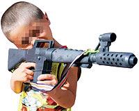 Erkek çocuklar, büyüklerden neden oyuncak silah ister?