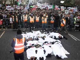İngiltere'de 100 Bin Kişi Gazze İçin Yürüdü
