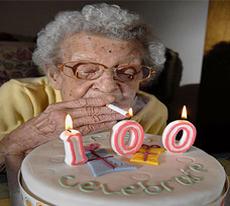 100 yaşında 170 bininci sigarasını içti