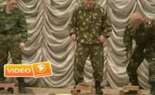 Rus Askerler Gösteride Tuğlaları Kıramayınca... VİDEO