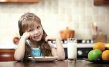 Beslenme çantasına meyve matarasına süt koyun