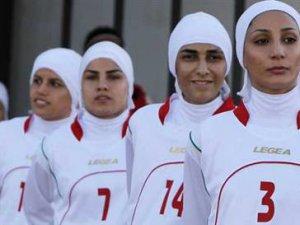 İran Kadın futbol Takımından Erkek Oyuncular Çıktı