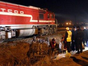 Sivas'ta Tren Otomobile Çarptı: 2 Ölü