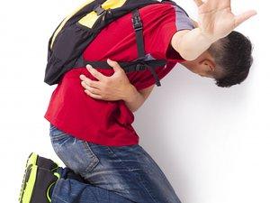Her İki Gençten Biri, Diğerine Sözel Şiddet Uyguluyor