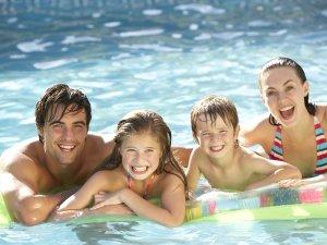Havuza Girerken Dış Kulak Yolu Enfeksiyonuna Dikkat