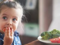 Çocuğunuza Yemek Yedirirken Bunları Yapmayın