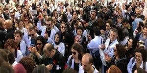 """Doktorlar """"Sessiz-Siyah Çığlık Yürüyüşü"""" yaptı: Başımıza sıkılan kurşunlara alışmayacağız!"""