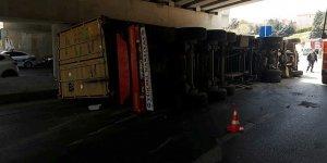 Bakırköy'de köprüye sıkışan TIR devrildi