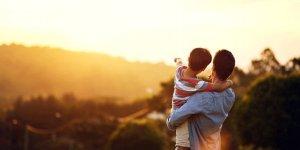 Babalar çocuklarına sevgilerini göstermekten çekinmemeli.
