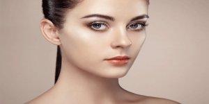 Minimal makyaj ile ışıltılı bir cilde sahip olmanın yolları